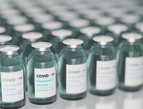 Pokuta za nedodržanie poradia pri očkovaní či zmeny vo verejnom obstarávaní – aj taký je balík noviniek, ktorý schválila vláda