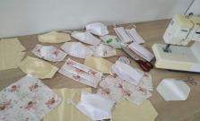 V Zborove šijú rúška z nepotrebných textílií