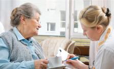 Pracujete v oblasti sociálnych služieb? Váš zamestnávateľ môže žiadať o preplatenie odmien